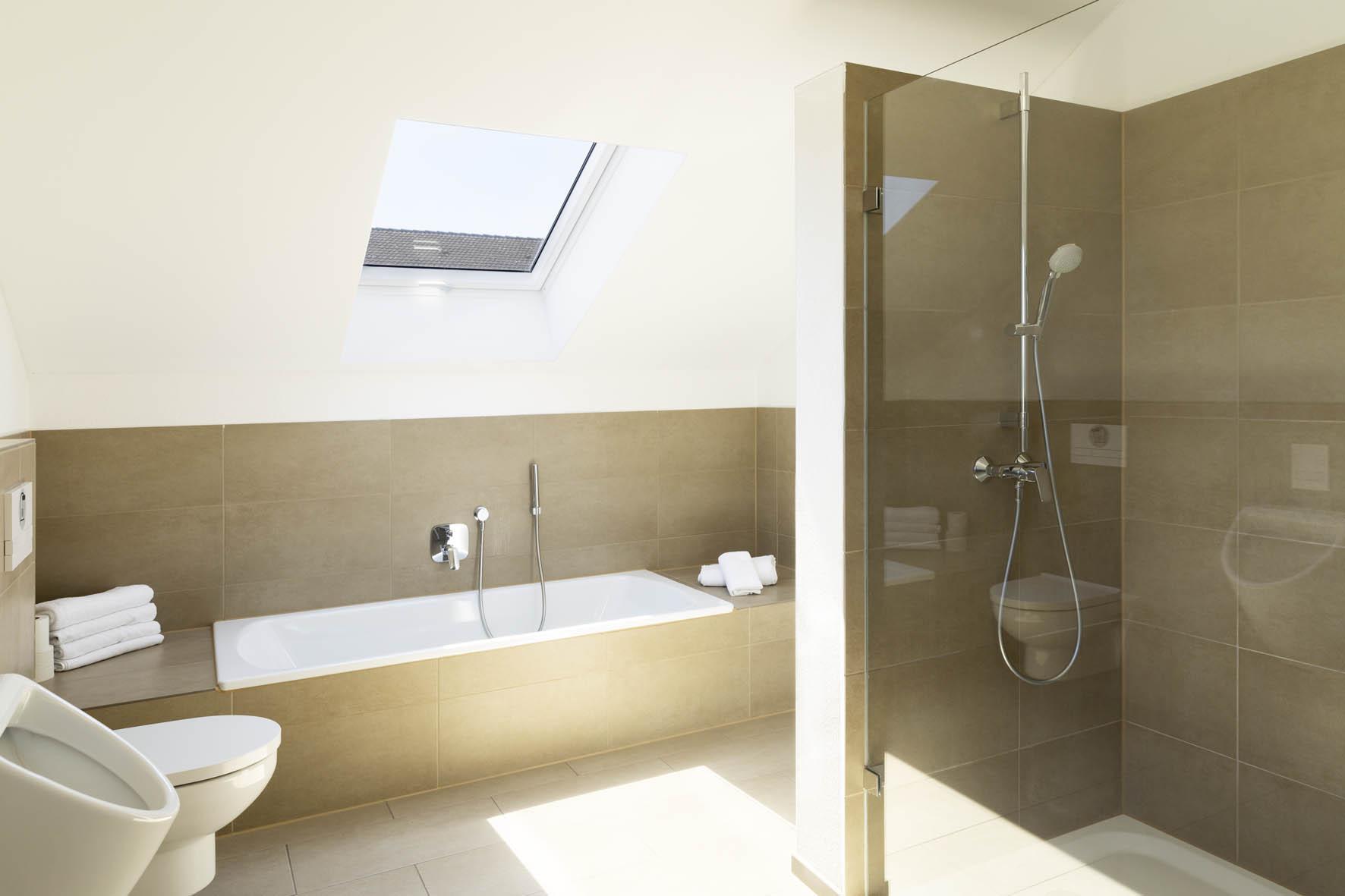 Modernes Bad mit Badewanne - Green Guest House
